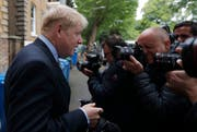 Boris Johnson äussert sich vor seinem Zuhause in London zum ersten Wahlgang für Theresa Mays Nachfolge. (Frank Augstein/AP, 13. Juni 2019)