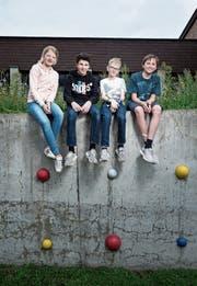 Sara Schenker, Marvin Durrer, Jonas Schunk und Richard Schäli (von links) und ihre Klassenkameraden machen mit beim Projekt Flimmerpause. (Bild: Stefan Kaiser (Hünenberg See, 11. Juni 2019))