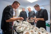 Solihaus St. Gallen: die Hotel Einstein Köche kochen im Solihaus für Flüchtlinge und Migranten © Urs Bucher/TAGBLATT
