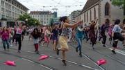 Bei einem Flashmob wird der Verkehr auf dem Basler Claraplatz lahmgelegt. (Bild: Georgios Kefalas/Keystone)