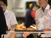 Eine Delegation Mitarbeiterinnen von McDonalds aus den USA ist am Freitag nach Zürich gereist, um ihre Schweizer Kolleginnen beim Frauenstreik zu unterstützen. (Symboldbild) (Bild: KEYSTONE/GAETAN BALLY)