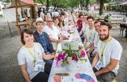 Das komplette OK des Mitsommerfestes mit Geschäftsführerin Martina Dumelin, Stadtpräsident Anders Stokholm und Schausteller HP Maier (links von vorne) sitzen an der langen Tafel. (Bild: Andrea Stalder)