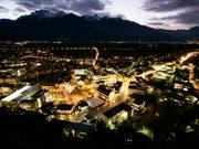 In Liechtenstein wurde in der Nacht auf Freitag ein Grosseinsatz der Sicherheitskräfte ausgelöst, weil das Notrufsystem des Landes komplett ausgefallen war. (Archivbild Vaduz) (Bild: KEYSTONE/PETER KLAUNZER)