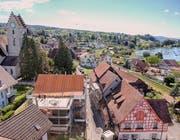 Das Mesmerhaus von 1610 steht im Ermatinger Dorfkern. Ein Bild von der Aufrichte. (Bild: PD)