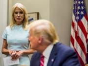 US-Präsident Donald Trump und seine Beraterin Kellyanne Conway bei einer Besprechung im Weissen Haus. (Bild: KEYSTONE/EPA/ZACH GIBSON)