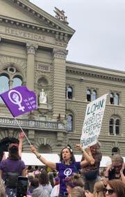 Vreni Wüthrich mit anderen Streikerinnen vor dem Bundeshaus.