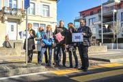 Die Eschliker Grünen mit Gemeindepräsident Hans Mäder bei der Petitionsübergabe auf der Bahnhofstrasse. (Bild: Olaf Kühne)