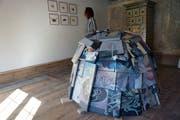 Neue Ausstellung im Haus zur Glocke: Judit Villiger steht zwischen Arbeiten von Corina Rauer – der temporären Schutzhütte und einigen Aquarellen aus der Serie «Ehrliches Handwerk». (Bilder: Dieter Langhart)