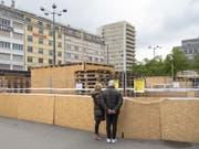Am Samstag kehrt hinter den Spanplatten das volle Leben ein: Thomas Hirschhorn eröffnet auf dem Bieler Bahnhofplatz seine Vision der «Robert Walser-Sculpture». (Bild: Keystone/PETER KLAUNZER)