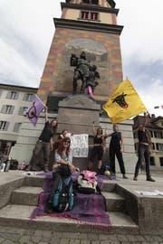 Frauenstreik in Altdorf. Vor dem Telldenkmal machte eine farbenfrohe Gruppe auf sich aufmerksam. (Bild: Florian Arnold)