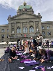 Vor dem Bundeshaus entsteht ein Kunstwerk mit gesammelten Forderungen der Frauen.