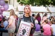 Ashanti protestiert mit Plakat gegen Diskriminierung auf dem Weinfelder Marktplatz. (Bild: Andrea Stalder)