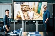 Delia Mayer als Liz Ritschard und Stefan Gubser als Reto Flückiger im Polizeirevier. Auf dem Monitor Tabea Buser als Entführte. (Bild: SRF)