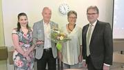 Preisträger Ermano Bassi mit seiner Ehefrau (links) sowie Barbara Beck-Iselin, Gemeinderätin Menzingen und Regierungsrat Beat Villiger (rechts) anlässlich der Preisverleihung. (Bild: PD)