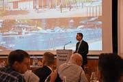 Gemeindepräsident Alois Gunzenreiner beantwortet Fragen der Besucher. (Bild: Urs M. Hemm)