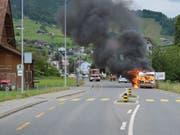 Der Wohnwagen ist in Vollbrand geraten, nachdem der Fahrzeuglenker die Autobahn verlassen und ihn vom Zugfahrzeug abgehängt hatte. (Bild: Kantonspolizei Nidwalden)