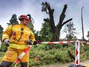 Die Genfer Feuerwehr hatte am Samstagnachmittag alle Hände voll zu tun - der Sturm hatte ganze Arbeit geleistet. (Bild: KEYSTONE/MARTIAL TREZZINI)