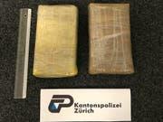 Im Auto einer Polin und eines Spaniers stellte die Polizei in Zürich diese zwei Pakete mit Kokain sicher. (Bild: Kantonspolizei Zürich)
