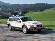 Die Polizei musste ausrücken, nachdem bei Baumfällarbeiten in Appenzell ein Ast auf einen Velofahrer gestürzt und diesen erheblich verletzt hatte. (KEYSTONE/Gian Ehrenzeller) (Bild: KEYSTONE/GIAN EHRENZELLER)