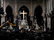 Noch in einer Trümmerlandschaft findet ein erstes Konzert in der Kathedrale Notre-Dame de Paris statt. (Bild: KEYSTONE/AP POOL AFP/PHILIPPE LOPEZ)