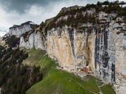 Eim 41-jähriger Berner war am Freitagnachmittag mit einer Wandergruppe unterwegs vom Gasthaus Äscher Richtung Chobel, als er in steilem Gelände zu Tode stürzte. (Bild: KEYSTONE/GIAN EHRENZELLER)