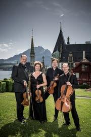 Das Mandelring Quartett eröffnete «Klang Meggen». Die Aufnahme entstand vor dem Konzert, im Hintergrund Schloss Meggenhorn mit Kapelle und Pilatus. (Bild: Pius Amrein, 14. Juni 2019)