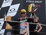 Tom Lüthi lässt sich in Mugello nach seinem 3. Platz feiern (Bild: KEYSTONE/EPA ANSA/CLAUDIO GIOVANNINI)