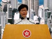 Nach Massenprotesten hat Hongkong Pläne für ein umstrittenes Gesetz für Auslieferungen an China ausgesetzt. Das kündigte Regierungschefin Carrie Lam an. (Bild: KEYSTONE/AP/KIN CHEUNG)