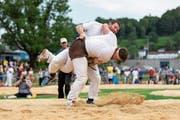 Andi Imhof (hinten) kämpft im Turnfest-Schlussgang gegen den Teamkollegen Matthias Herger (mit Stirnband). (Bild: Severin Bigler (Aarau, 15. Juni))