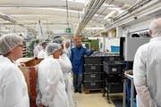 Auf einem Rundgang erhielten die rund 30 Teilnehmenden des Impulsapéros Einblick in die Produktion der Ebnat AG. (Bild: Urs M. Hemm)
