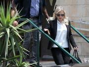 Sara Netanyahu, Ehefrau des israelischen Ministerpräsidenten Benjamin Netanyahu beim Verlassen des Gerichts in Jerusalem.EPA/ABIR SULTAN (Bild: KEYSTONE/EPA/ABIR SULTAN)