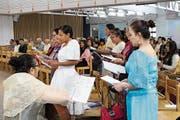 Lieder auf zwei Sprachen: Der Chor der philippinischen Frauen hat seinen Auftritt. (Bild: Katharina Schatton)