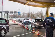 Kreuzlingen TG - Beim Autobahnzoll Kreuzlingen-Konstanz staut sich der Verkehr von Deutschland in die Schweiz. Viele Autofahrer halten und warten bis ein Parkplatz frei wird, um die Ausfuhrscheine abstempeln zu lassen. Bild: Andrea Stalder