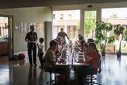 Guten Appetit: Die Schülerinnen und Schüler essen gemeinsam an einer langen Tafel. (Bild: Michel Canonica)
