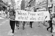 """Am Schweizer Frauenstreik vom 14. Juni 1991 beteiligen sich Hunderttausende von Frauen landesweit an Streik- und Protestaktionen. Die Frauen fordern die Umsetzung des Verfassungsartikels """"Gleiche Rechte für Mann und Frau"""". (Bild: KEYSTONE/Michael Kupferschmidt)"""
