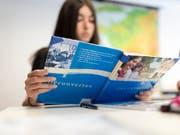 Für die Gleichstellung: In Geschichtsbüchern an Schweizer Schulen sollen Frauen im selben Umfang wie Männer abgebildet werden. (Bild: KEYSTONE/GAETAN BALLY)