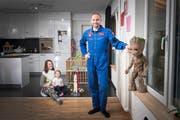 Steve Schild mit seiner Frau Corinna und den Töchtern Elvira und Yanika (im Tuch) in ihrer Wohnung in Elgg. Bild: Urs Bucher