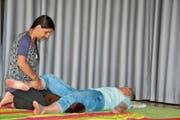 Christiane Pietsch verwöhnt eine Besucherin mit einer Shiatsu-Behandlung. (Bild: Adi Lippuner)