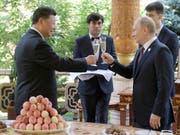Chinas Präsident Xi Jinping stösst mit dem russischen Präsidenten Wladimir Putin auf seinen Geburtstag an. (Bild: KEYSTONE/AP Pool Sputnik Kremlin/ALEXEI DRUZHININ)