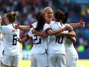 Zweiter Sieg im zweiten Spiel für den Titelverteidiger: Die Amerikanerinnen freuen sich an der Frauen-WM über den vorzeitigen Einzug in die Achtelfinals (Bild: KEYSTONE/EPA/SRDJAN SUKI)