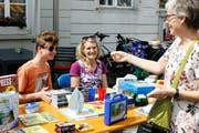 Fabrice Fankhauser bietet am Stand seiner Mutter Susanne Spielzeug aus seinem Kinderzimmer an. (Bild: Dieter Ritter)