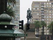 Langsam kommt das Licht zurück in Montevideo, der Hauptstadt von Uruguay. (Bild: KEYSTONE/EPA EFE/CONCEPCION M.MORENO)