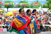 Frauen zeigen auf der Bühne südamerikanische Volkstänze. (Bild: Max Eichenberger)
