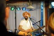 Brachte am Freitagabend Stimmung ins reduzierte Publikum auf dem Fuchsacker: Singer-Songwriter Andy McSean. (Bild: Michael Hug)
