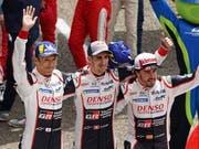 Sébastien Buemi (Mitte) wiederholt an der Seite von Fernando Alonso und Kazuki Nakajima beim 24-Stunden-Rennen in Le Mans den Sieg aus dem Vorjahr (Bild: KEYSTONE/EPA/EDDY LEMAISTRE)
