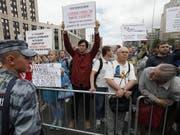 Hunderte Menschen haben am Sonntag in Moskau gegen Polizeiwillkür und für freie Medien protestiert. EPA/YURI KOCHETKOV (Bild: KEYSTONE/EPA/YURI KOCHETKOV)
