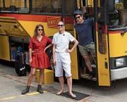 Lika Nüssli (Mitte) mit den Initiatoren Corinne Odermatt und Miguel Onofre: Der Bus ist während zwei Wochen ihr Zuhause und ihr Atelier. (Bild: Adriana Ortiz Cardozo)