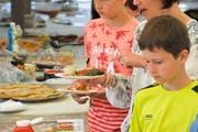 Auch Kinder geniessen das reichhaltige Angebot von Speisen. (Bild: Donato Caspari)