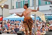 Eine Thailänderin tanzt für die vielen Zuschauer. (Bild: Donato Caspari)