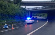 Die A4a war im Bereich der Blegikurve Richtung Luzern wegen des Unfalls kurzzeitig nur einspurig befahrbar. (Bild: Zuger Polizei, Cham, 15. Juni 2019)